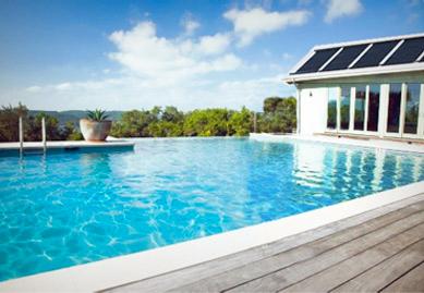 piscine à débordement avec panneaux solaires